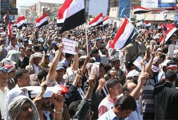 Des Yéménites manifestant contre le gouvernement à Sana'a.