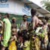 Des réfugiés qui ont fui l'instabilité en Côte d'Ivoire attendent d'être enregistrés dans un camp au Libéria.