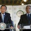 Le Secrétaire général Ban Ki-moon (à gauche) avec le Secrétaire général de la Ligue des Etats arabes, Amre Moussa.
