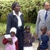 Le Secrétaire général Ban Ki-moon (à droite), le Directeur exécutif d'ONUSIDA, Michel Sidibé, et Rebecca Awiti, une mère séropositive avec ses trois enfants.