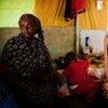 La embajadora de buena voluntad de ACNUR, Angelina Jolie, con una refugiada somalí  Foto archivo: ACNUR