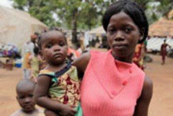 Une jeune femme avec son bébé se refugie à la mission catholique à Duékoué, en Côte d'Ivoire, après que son village ait été attaqué lors des violences post électorales. (photo d'archive)