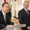 Le Secrétaire général Ban Ki-moon (à gauche) lors d'une conférence de presse à Budapest avec le Président hongrois Pal Schmitt.