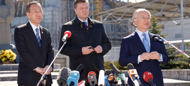 Le Secrétaire général Ban Ki-moon (à gauche) lors d'une visite à Tchernobyl le 20 avril 2011.