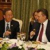 Le Secrétaire général Ban Ki-moon (à gauche) lors d'un déjeuner de travail à Kiev avec le Président ukrainien Viktor Yanoukovitch.