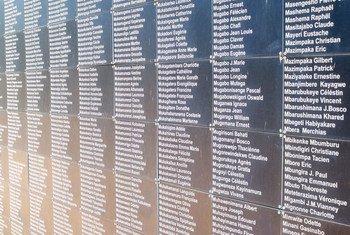 Le mur portant des noms de victimes du génocide au Rwanda au mémorial de Kigali