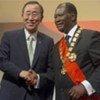 Le Secrétaire général Ban Ki-moon avec le Président Alassane Ouattara de Côte d'Ivoire lors de l'inauguration de ce dernier le 21 mai 2011.