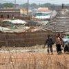 Des hommes armés transportent leur butin lors du pillage de la ville d'Abyei.