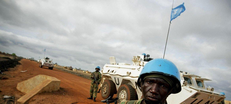 Des casques bleus de l'ONU patrouillent dans les rues d'Abyei.