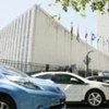 Des voitures électriques devant le siège de l'ONU alors que l'Assemblée générale discute de l'économie verte.