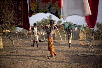 Watoto wakicheza katika kambi vitongoji vya Aweli, kasakzini mwa Bahr el-Ghazal, kaskazini mwa Sudan Kusini