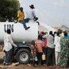 Des habitants du Sud Kordofan à l'extérieur du site de la MINUS à Kadugli.