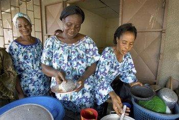 Des veuves ivoiriennes gèrent un petit restaurant à Yopougon, en Côte d'Ivoire.