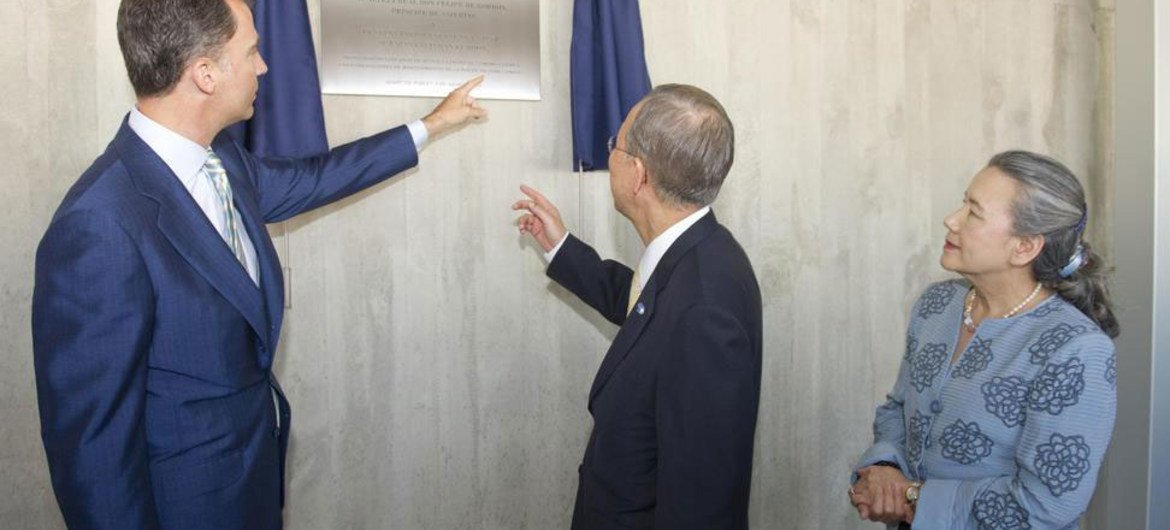 Secretary-General Ban Ki-moon (centre) and Crown Prince Felipe of Spain inaugurate the UN Support Base in Valencia. Mrs. Ban is at right