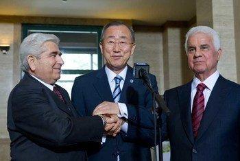 Le Secrétaire général Ban Ki-moon avec les dirigeants chypriotes grec, Dimitris Christofias (à gauche) et turc, Dervis Eroglu (à droite). Photo ONU/Eskinder Debebe