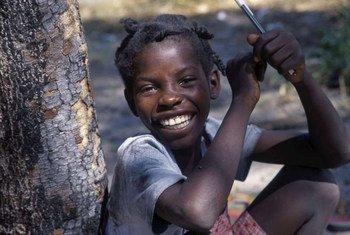 Mtoto mkimbizi raia wa Angola akiwa mapumziko katika shule nchini Zambia
