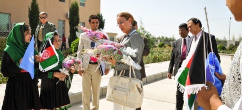 Des enfants afghans saluent l'Administratrice associée du PNUD, Rebeca Grynspan.