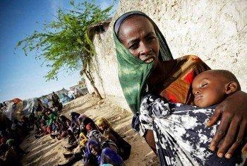 Une femme somalienne avec son enfant.