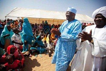 Ibrahim Gambari en visite dans un camp de déplacés au Darfour (novembre 2010).