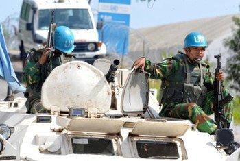 Des casques bleus de l'ONUCI devant leur quartier général à Abidjan.