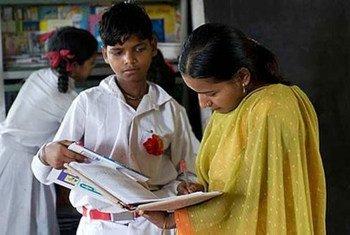 Les femmes et les jeunes filles sont particulièrement touchées par l'analphabétisme.