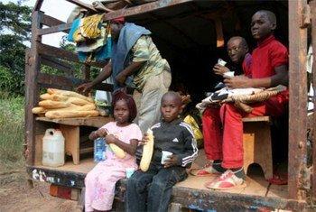 Des membres de la famille Pepidi lors d'une pause déjeuner durant leur long voyage de retour en République du Congo depuis le Gabon.