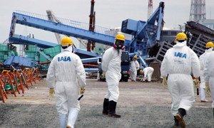 Une équipe de l'AIEA examine les dégâts à la centrale nucléaire de Fukushima Daiichi en mai 2011. Photo : AIEA/Greg Webb.