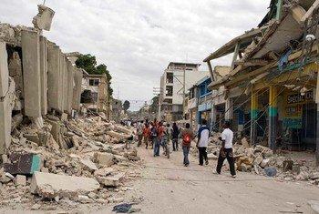 Dégâts causés par le séisme du 12 janvier 2010 en Haïti. Photo ONU/Logan Abassi
