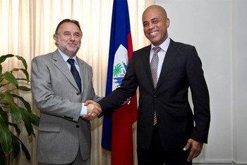 Le Représentant spécial de l'ONU, Mariano Fernandez, et le Président haïtien, Michel Martelly. Photo Victoria Hazou ONU/MINUSTAH