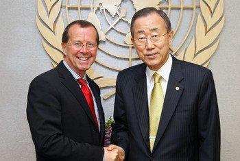 Le Secrétaire général Ban Ki-moon (à droite) avec Martin Kobler. (mai 2010)