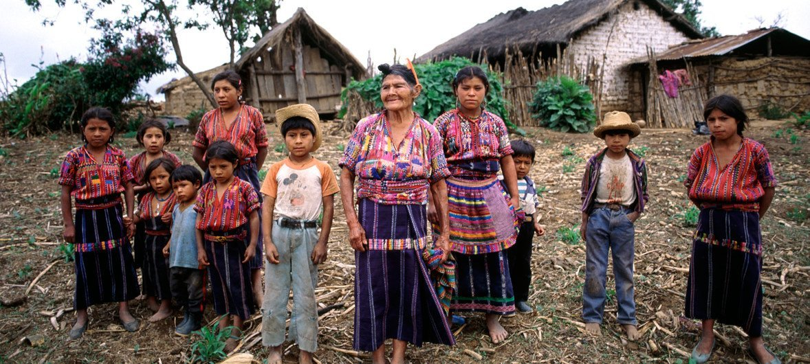Familia indígena guatemalteca. Foto de archivo: ONU/F. Charton