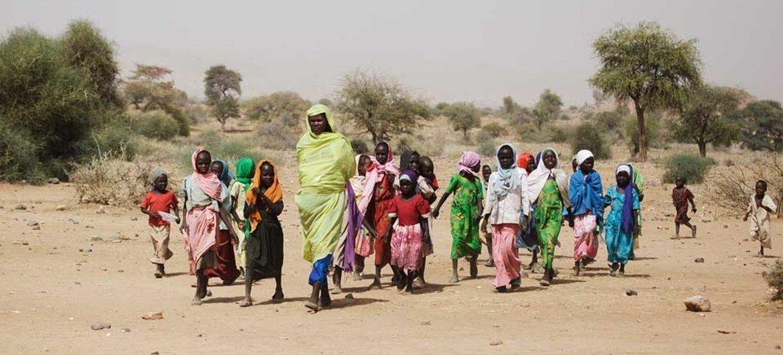 Une femme soudanaise et des enfants dans le Djebel Marra, dans le Sud-Darfour.