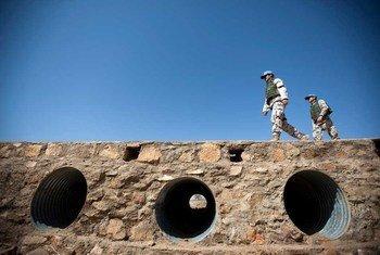 Des casques bleus de la MINUAD en patrouille dans l'Ouest-Darfour.