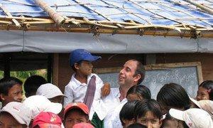 Le Rapporteur spécial Tomás Ojea Quintana avec des enfants lors d'une visite au Myanmar en 2008.