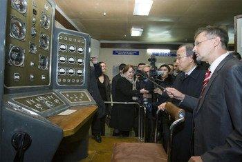 Le Secrétaire général Ban Ki-moon (2e à droite) lors d'une visite du musée sur le site d'essais nucléaires de Semipalatinsk, au Kazakhstan (juin 2010).