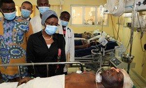 La Vice Secrétaire générale de l'ONU, Asha-Rose Migiro, parle avec un des blessés de l'attentat contre le bâtiment de l'ONU à Abuja, au Nigéria (photo AP).