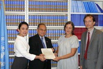 Des représentants des Philippines remettent à l'ONU l'instrument d'adhésion au Statut de Rome de la CPI.