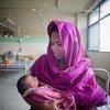 一名母亲和她的新生儿在孟加拉国达卡的一所专门致力于为具有医学需求的人提供服务的母婴健康培训研究所。