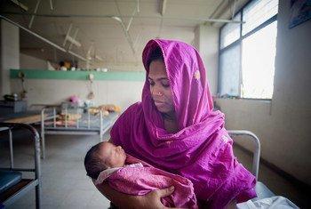 Une mère et son nouveau-né dans une clinique de Dhaka, au Bangladesh. ONU Photo/Kibae Park