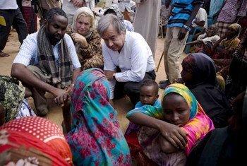 Le chef du HCR, Antonio Guterres, discute avec des déplacés somaliens à Dollow, dans le sud-ouest de la Somalie.