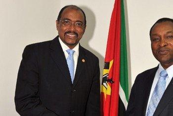 Le Directeur exécutif d'ONUSIDA, Michel Sidibé, avec le Premier ministre du Mozambique, Aires Aly Bonifacio.