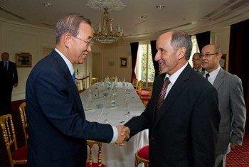 Le Secrétaire général Ban Ki-moon (à gauche) rencontre le Président du Conseil national de transition libyen, Mustafa Abdel Jalil à Paris.