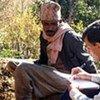 Un employé de l'ONU au Népal discute avec un ancien Haliya.