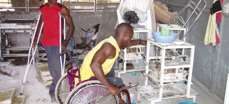 Trabalhadores com deficiência numa fábrica na capital de Gana, Accra