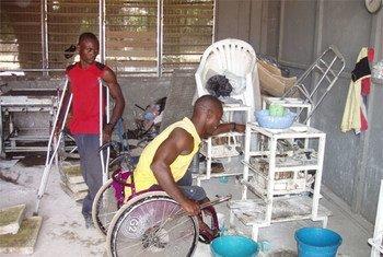 Des travailleurs handicapés dans un atelier à accra au Ghana. Photo Evans Mensah/IRIN