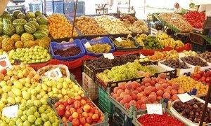 Un marché de fruits et de légumes.