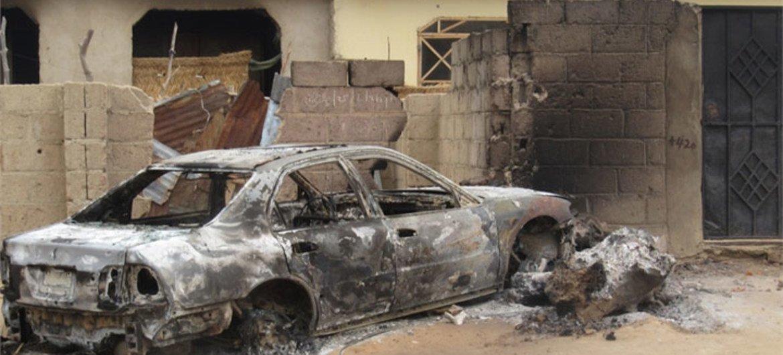 Une voiture incendiée lors de la répression contre le groupe islamiste Boko Haram, au Nigéria, en juillet 2011. Photo : Aminu Abubakar/IRIN