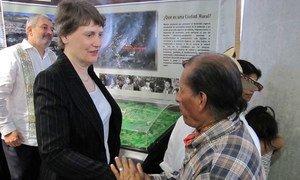 La chef du PNUD, Helen Clark, parle avec un bénéficiaire d'un programme de l'agence sur les villes durables dans le Chiapas, au Mexique.