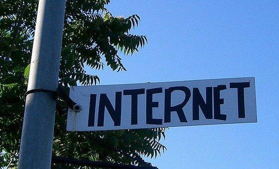 Un cartel anunciando la existencia de internet.