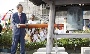 Secretary-General Ban Ki-moon rings the iconic Peace Bell